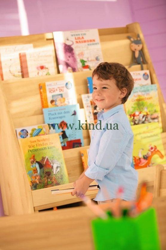 Так стоят книжки в детском садике